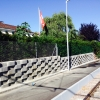 Botaniko-Mauer mit Maschendrahtzaun